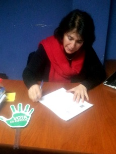 Viviana Betancourt firma la carta compromiso.